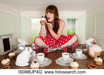 Banco de Imagem - jovem, mulher,  comer, bolo, chá,  partido, pequeno,  sala. fotosearch  - busca de fotos,  imagens e clipart