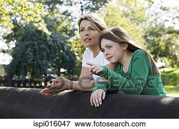 Foto - mãe, filha, desfrutando,  bonito, paisagem,  parque. fotosearch  - busca de fotos,  imagens e clipart