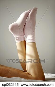 Banco de Imagem - mulher, desgastar,  meias, relaxante,  cama. fotosearch  - busca de fotos,  imagens e clipart