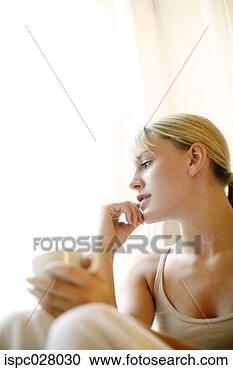Arquivo de Fotografias - mulher, daydreaming.  fotosearch - busca  de fotos, imagens  e clipart