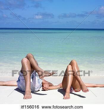 Banco de Imagem - par, mentindo,  praia, seu, pernas,  cruzado. fotosearch  - busca de fotos,  imagens e clipart