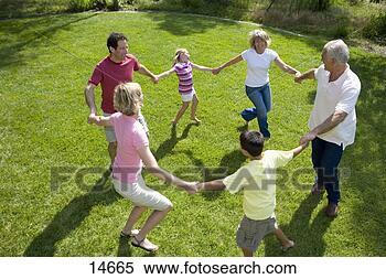 Banco de Imagem - família, três,  gerações, segurando,  mãos, círculo,  jardim, elevado.  fotosearch - busca  de fotos, imagens  e clipart