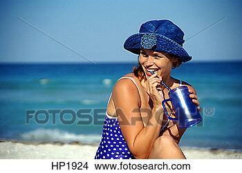 Banco de Imagem - azul, caucasiano,  roxo, mulher,  femininas. fotosearch  - busca de fotos,  imagens e clipart