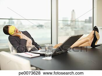 Banco de Imagem - mulher, sono,  máscara, dormir,  pés, cima, conferência,  sala, tabela.  fotosearch - busca  de fotos, imagens  e clipart