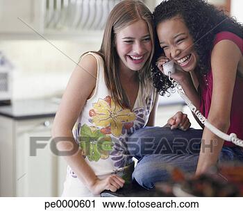 http://comps.fotosearch.com/comp/OJO/OJO113/deux-adolescent-filles_~pe0000601.jpg