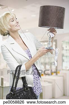 الأباجورة~ قطعة الديكور الساحرة woman-looking-lamp_~