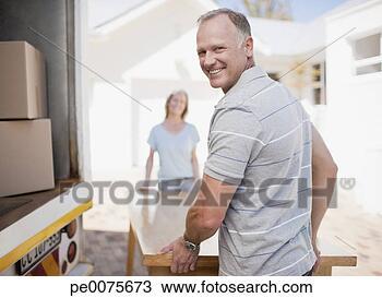Banco de Imagem - par, carregar,  tabela, em movimento,  furgão. fotosearch  - busca de fotos,  imagens e clipart