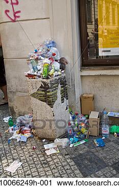 Des poubelles qui parlent… dans voyage rubbish-garbage-street_~sb10066249h-001