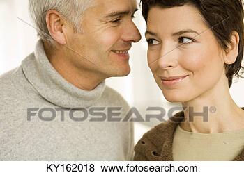 Banco de Imagem - close-up, maduras,  meio, mulher,  romancing. fotosearch  - busca de fotos,  imagens e clipart