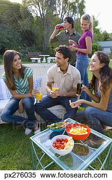 Banco de Imagem - amigos, snacking,  ao ar livre. fotosearch  - busca de fotos,  imagens e clipart