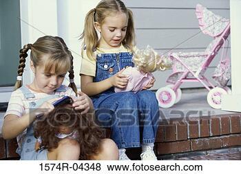 Banco de Imagem - dois, meninas,  sentando, junto,  seu, bonecas.  fotosearch - busca  de fotos, imagens  e clipart