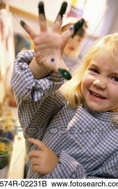 Colecciones de fotografía (Stock Photography) - primer plano, niña, pintura, ella, mano. fotosearch - buscar fotos e imágenes y foto clipart