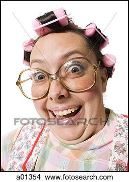 Stock foto nahaufnahme von frau lockenwicklern mit brille