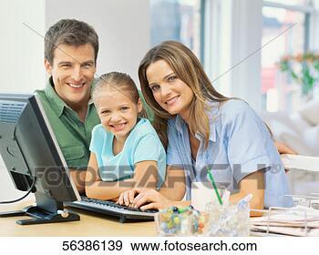 Colección de fotografía - retrato,  padres, su,  hija. fotosearch - buscar fotos e imágenes y foto clipart