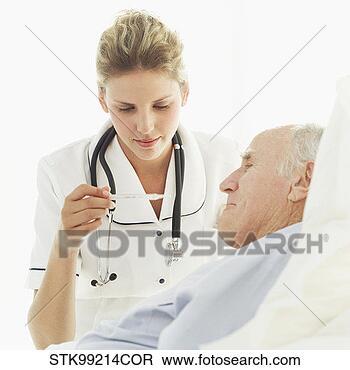 MILLES ET UNE NUITS A CASSIS ... Femme-infirmiere-lecture_~STK99214COR