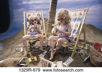 Arquivo Fotográficos - pessoas, óculos  de sol, ao ar  livre, crianças,  férias, loura.  fotosearch - busca  de fotos, imagens  e clipart