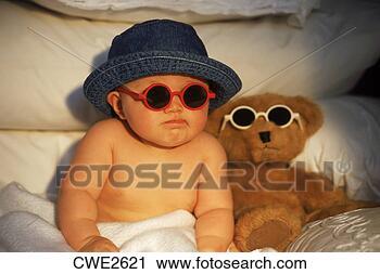 Arquivo de Fotografia - bebê, pelúcia,  urso, camarada,  óculos de sol.  fotosearch - busca  de fotos, imagens  e clipart