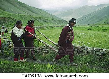 Pictures of TIBETAN HORNS lead a PROCESSION at a Tibetan Buddhist ...