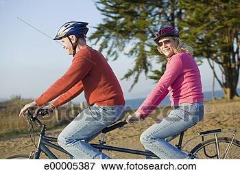 Zdjęcie - para,  jeżdżenie,   tandem,  rower.  fotosearch - szukaj  foto i zdjęć klipart
