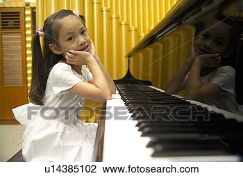 Banco de Imagem - criança, tocando,  piano. fotosearch  - busca de fotos,  imagens e clipart