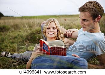 Arquivo de Fotografia - jovem, par, deitando,  junto, natureza.  fotosearch - busca  de fotos, imagens  e clipart