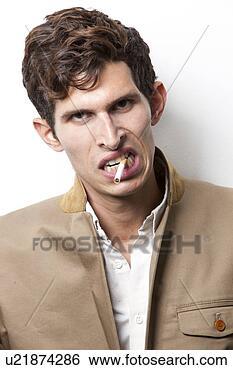 Stock bild porträt von zornige junger mann rauchende hinüber