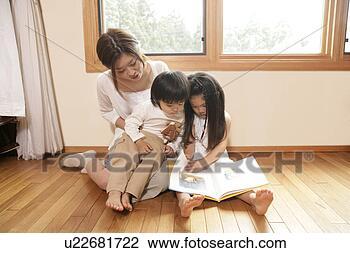 Banco de Imagem - mãe, contar, histórias,  crianças, história,  livro. fotosearch  - busca de fotos,  imagens e clipart