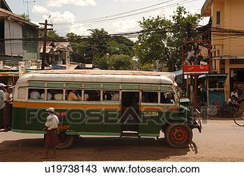 Banco de Imagem - verde, autocarro,  cheio, pessoas.  fotosearch - busca  de fotos, imagens  e clipart