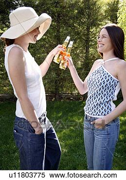 Banco de Imagem - dois, mulheres,  bebendo, cerveja.  fotosearch - busca  de fotos, imagens  e clipart