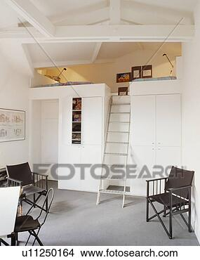 banque de photo m tal chelle escalier mezzanine chambre coucher dans grenier. Black Bedroom Furniture Sets. Home Design Ideas