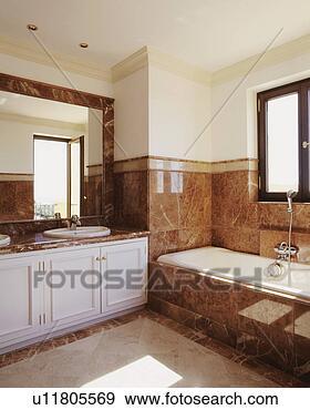 stock fotograf erde farbig marmor fliesenmuster oben bad und auf bad umgeben in. Black Bedroom Furniture Sets. Home Design Ideas