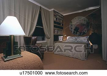 banques de photographies clair blanc lampe et gris rideaux dans chambre coucher. Black Bedroom Furniture Sets. Home Design Ideas