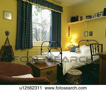 Archivio fotografico mensola sopra singolo lavorato for Mensola sopra il letto