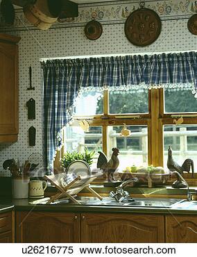 stock bild blue white kariert vorh nge auf fenster mit huhn verzierungen oben sinken. Black Bedroom Furniture Sets. Home Design Ideas