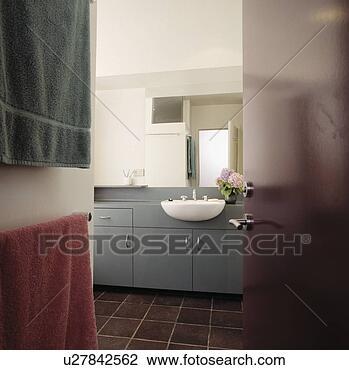 Stock foto offenes rote t r to modernes badezimmer mit wei reservoir in grauer - Badezimmer becken ...