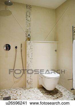 stock fotografie toilette und dusche in modernes creme wet room mit mosaik tiled. Black Bedroom Furniture Sets. Home Design Ideas