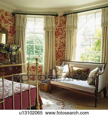 Archivio immagini rosso toile de jouy carta da parati - Divano davanti porta finestra ...