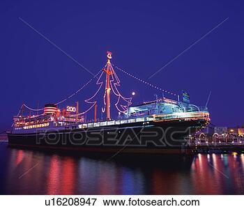 bild dass hikawamaru schiff mit weihnachten beleuchtungen dass wasser zur ckwerfend. Black Bedroom Furniture Sets. Home Design Ideas