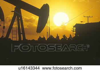 Colección de fotos - aceite, perforación,bien, silhouetted,ocaso. fotosearch- buscar fotose imágenes y muralesde pared, imágenesy fotos de clip-art