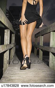 Banque de Photo - dos,  vue,  caucasien,   mi-adulte,  femme,   porter,  peu,   noir,  robe.  fotosearch - recherchez  des photos, des  images et des  cliparts