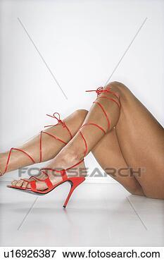 Image - femme,  jambes,   pieds,  porter,   rouge,  élevé,   talon,  chaussures.  fotosearch - recherchez  des photos, des  images et des  cliparts