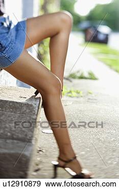 Banque de Photographies - jambes,   caucasien,    mi-adulte,    femme,   porter,    bleu,   jean.  fotosearch - recherchez  des photos, des  images et des  cliparts