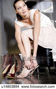 Colección de fotos - mujer, tratar,  tacones altos,  sandalias, zapatos,  zapato, tienda.  fotosearch - buscar  fotos e imágenes  y murales de pared,  imágenes y fotos  de clip-art