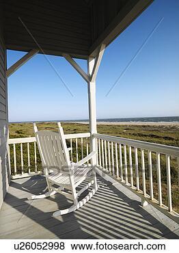 Immagini sedia dondolo su veranda con ringhiera for Disegni ponte veranda