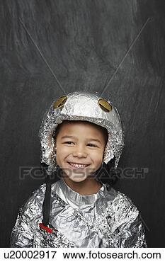 bild portr t von junger junge 5 6 in aluminiumfolie astronaut kost m l cheln studio. Black Bedroom Furniture Sets. Home Design Ideas