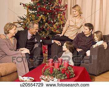Arquivo Fotográficos - família, sentando,  junto, durante,  natal. fotosearch  - busca de fotos,  imagens e clipart