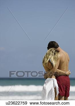 Arquivo Fotográficos - par,  abraçar,   cada,  outro,   praia. fotosearch  - busca de fotos,  imagens e clipart