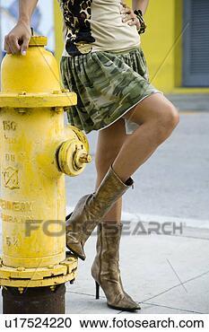 http://comps.fotosearch.com/comp/UNY/UNY039/jeune-femme-debout_~u17524220.jpg