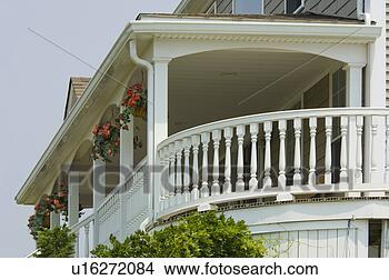 Archivio fotografico vista da esterno portico for Disegni cottage portico anteriore