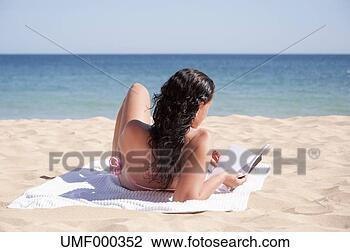 Banco de Imagem - portugal, lagos,  meio, mulher,  leitura, livro,  praia. fotosearch  - busca de fotos,  imagens e clipart